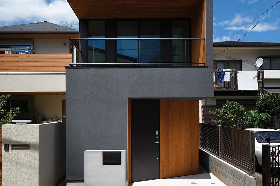 奥行きのある狭小地に建つ大開口の黒い家
